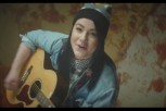 dite-to-neo-video-clip-tis-lucy-spraggan-gia-to-lighthouse